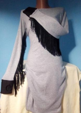 Вечернее миди-платье с открытой спиной и бахромой от peppe