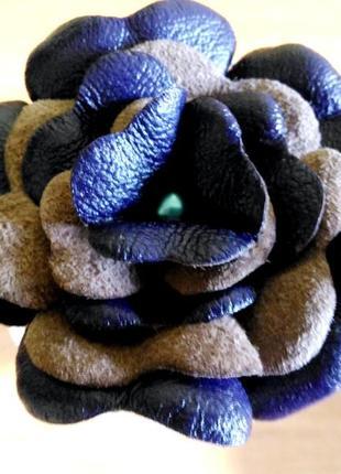 Заколка (роза) на шпильке из натуральной кожи.