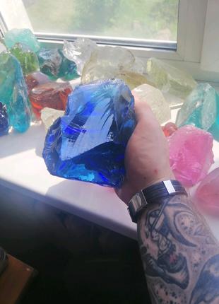 Кусковое стекло разных форм и фракций.