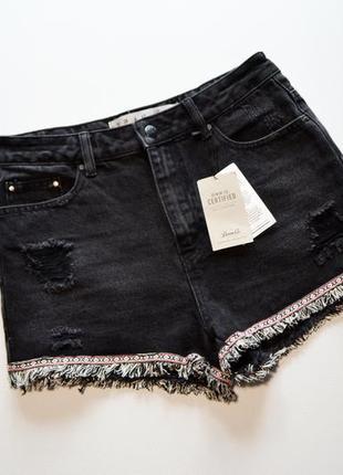 Стильные черные джинсовые шорты с рваностями