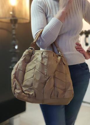 Крупная кожаная сумка из кусочков правильной формы.