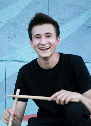 Уроки игры на барабанной установке и этнических барабанах.