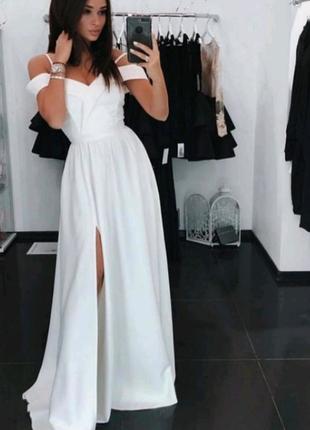 Платье в пол на бретелях с разрезом