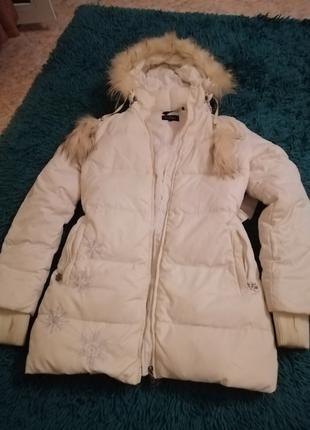 Зимняя куртка.Белого цвета.Не дорого.Без дефектов