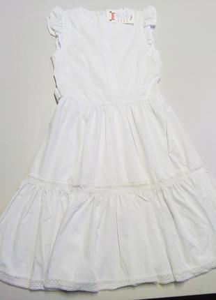 Нарядное  белое платье с кружевом.