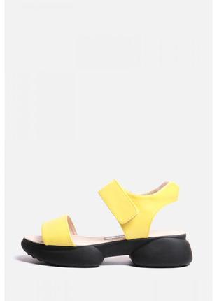 Кожаные желтые босоножки на черной подошве