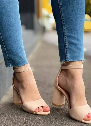 Стильные бежевые босоножки на каблуке