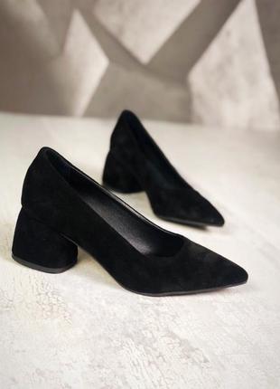 Люксовые замшевые туфли с острым носком на небольшом широком к...