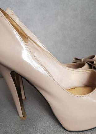 Туфли лакированные нарядные с открытым носком на высоком каблуке
