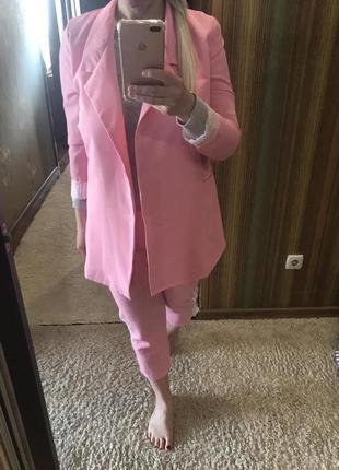 Розовый костюм брючный женский