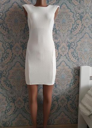 Красивое белое платье по фигуре мини