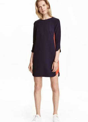 Короткое прямое платье в спортивном стиле.