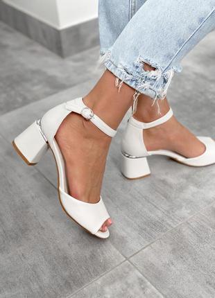 Босоножки белые на каблуке с серебром на каблуке