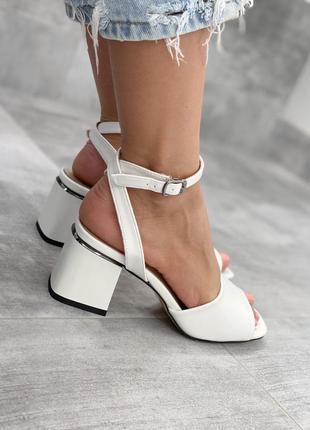 Босоножки белые на каблуке с серебром
