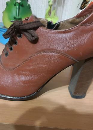 Женские ботинки на каблуке/туфли кожаные