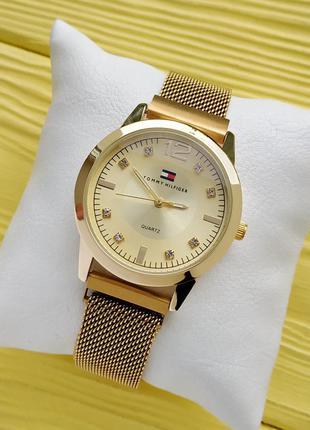 Женские наручные часы золотого цвета на плетенном браслете с м...