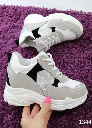 Женские кроссовки на высокой подошве