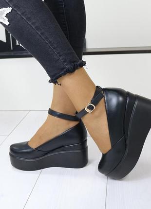 Женские туфли на высокой танкетке