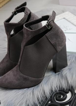 Демисезонные женские ботинки на каблуке