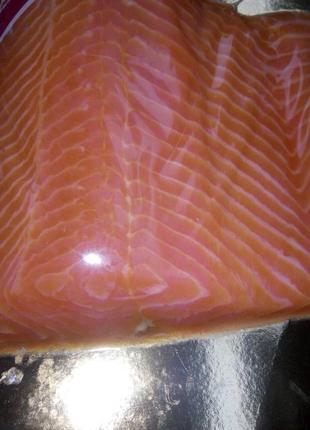 Красная рыба, лосось, слабосоленый в вакуумной упаковке на подлож