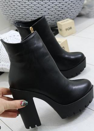 Женские весенние ботинки на высоком каблуке