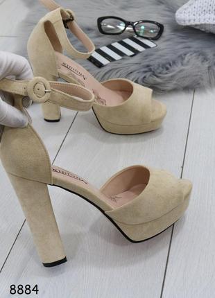 Женские босоножки на высоком каблуке