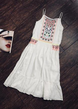 Красивое натуральное летнее белое платье с вышивкой