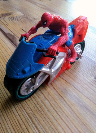 """Человек-Паук на мотоцикле"""