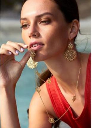 Длинное ожерелье с резными вставками и серьги с подвесками