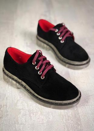 Эффектные замшевые закрытые туфли на шнурках на массивной подошве