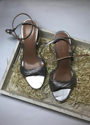 Очень красивые,серебристые туфли,босоножки,вечерние,выпускные ...