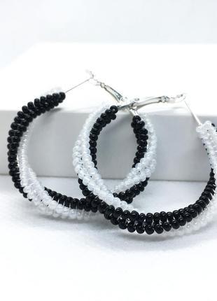 Черно-белые серьги кольца из бисера