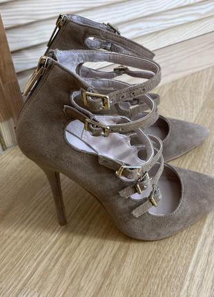 Бежевые замшевые туфли лодочки carvela
