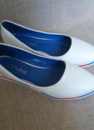 Белые балетки 39 размера.