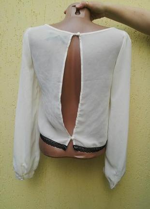 Красивая ,немного прозрачная блузка с открытой спиной и с черн...