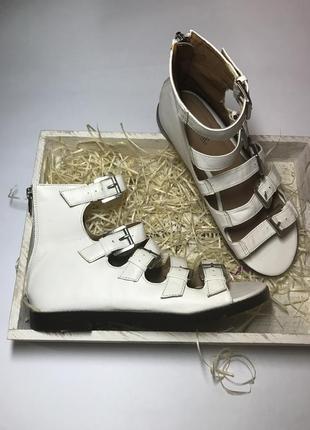 Высокие,белые босоножки с пряжками и замочком по пятке,туфли л...