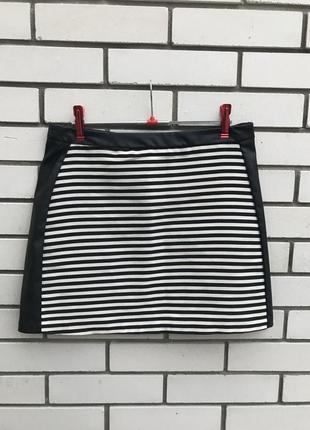 Трикотажная,комбинированная мини-юбка  в полоску с кожаными ла...