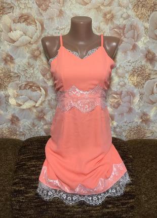 Роскошное ,яркое платье футляр с нежным белым   кружевом
