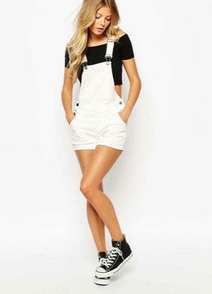 Белый джинсовый комбинезон с шортами