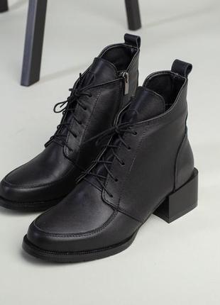 Женские ботинки на каблукуе со шнуровкой