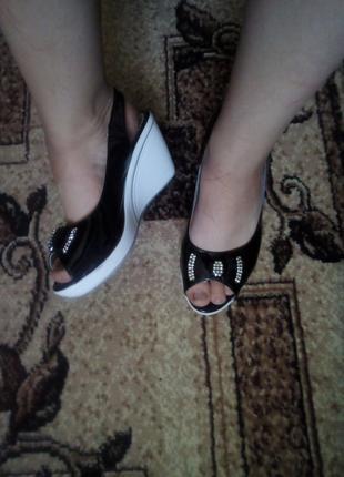Изумительные черно-белые туфли на танкетке