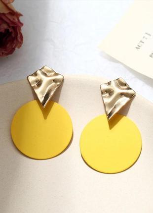 Круглые стильные серьги желтого цвета