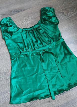 Яркая изумрудная блуза атласная с поясом