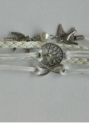 Многослойный плетенный браслет с подвесками белого цвета