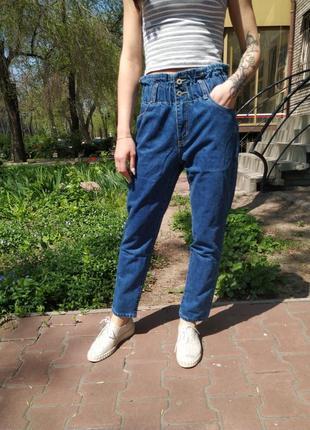 Синие джинсы мом с высокой посадкой