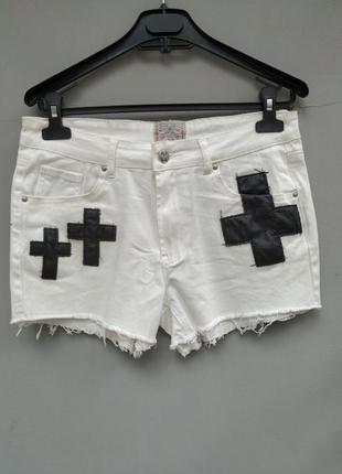 Короткие белые джинсовые шорты