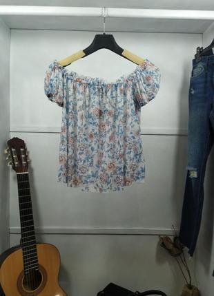 Короткая полупрозрачная блузка с открытыми плечами