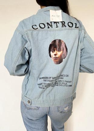 Женская светлая джинсовая куртка с рисунком и надписью на спине