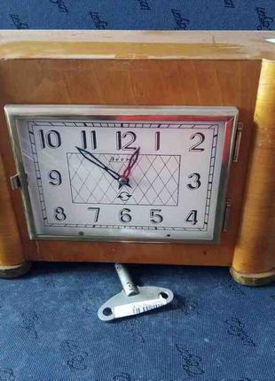 Часы Весна настольные механические СССР