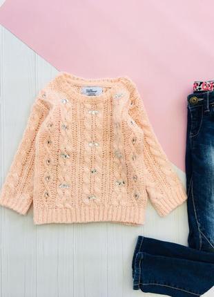 Пудровый свитер с декором и косами